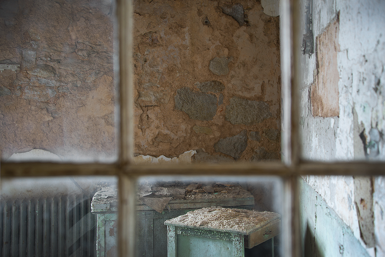 Zoe_Photography_EasternStatePenitentiary_Philadelphia_TheLostPast_TheGrid_Window_BrokenMemeory