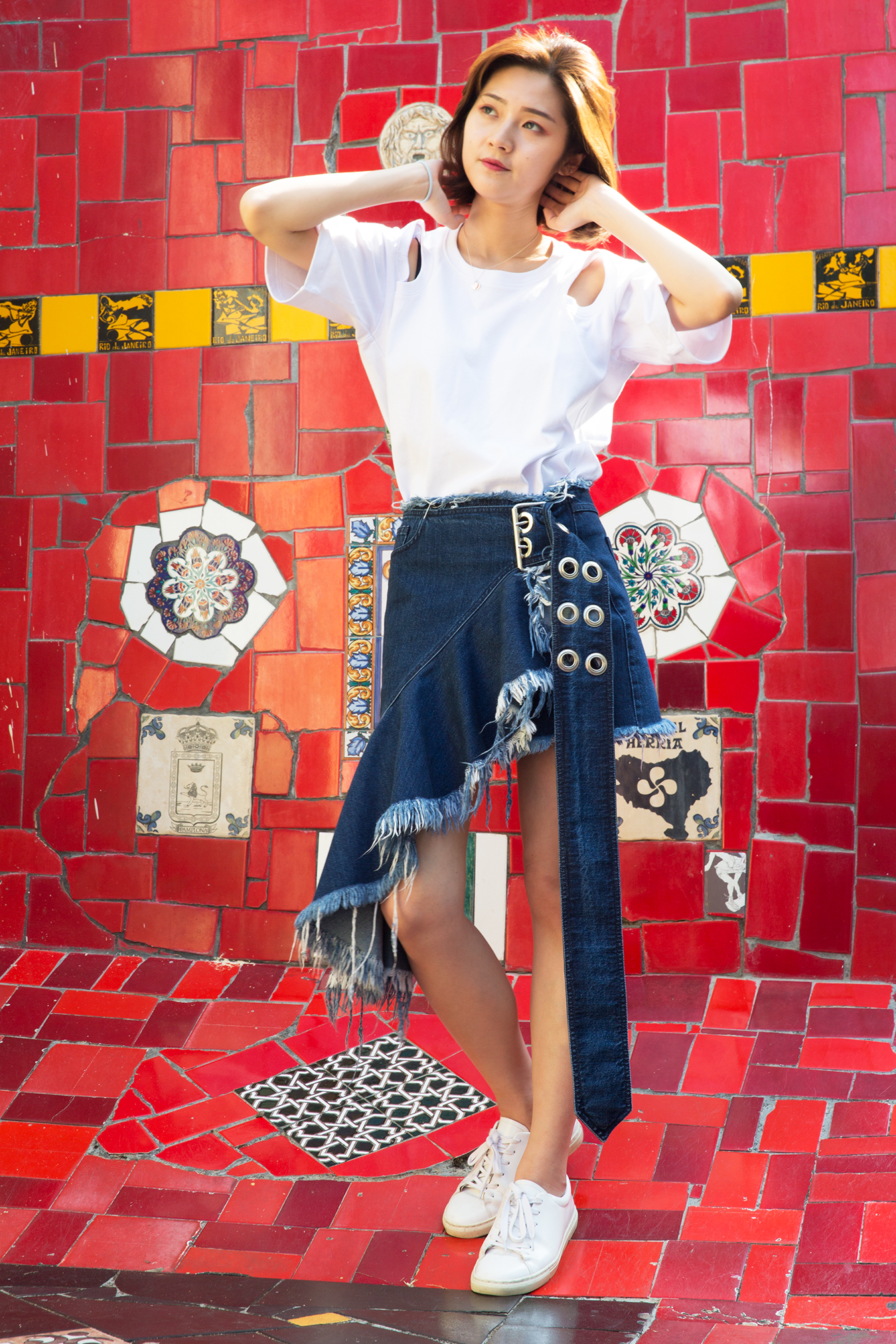 white_shirt_red_wall_rio
