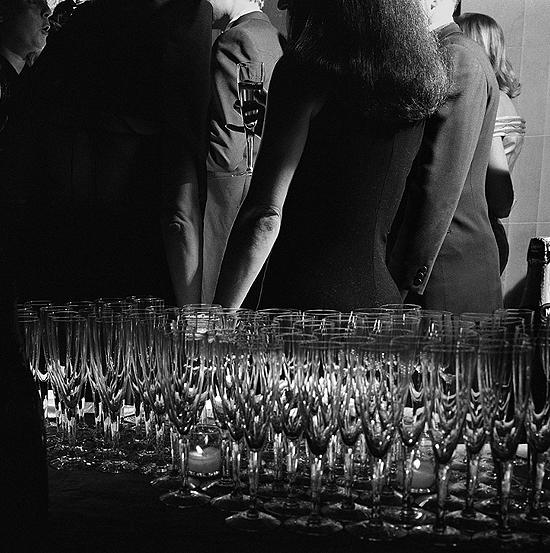 Larry_Fink_George_Plimpton_Vanity_Fair_wedding_party_glasses_drinks