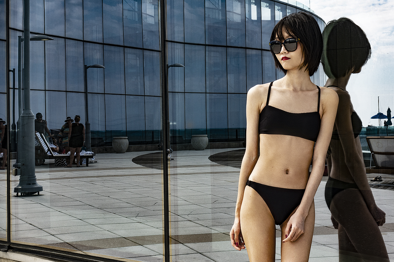 Tony_Ward_Studio_portrait_Linda_Ruan_black_bathing_suit_fashion_poolside