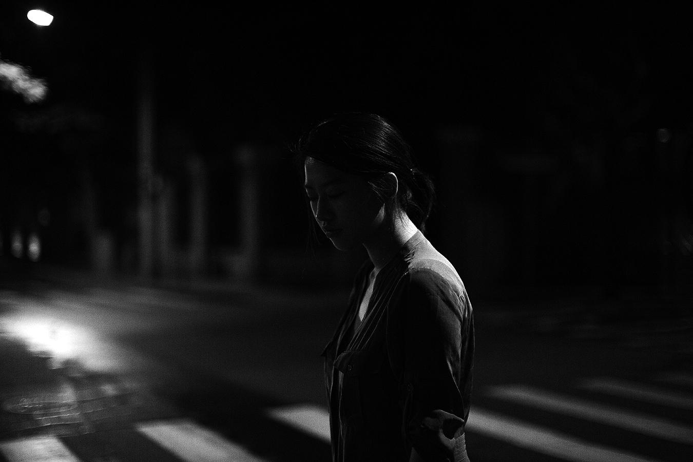 Linda_Ruan_light_on_the_back_black_and_white