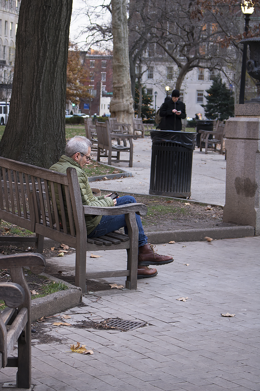 Tyler_Ling_photography_Rittenhousesquare_Philly_sitting_absorbed_cellphone_socialmedia_stanger_cold_sideshot_spying_unaware