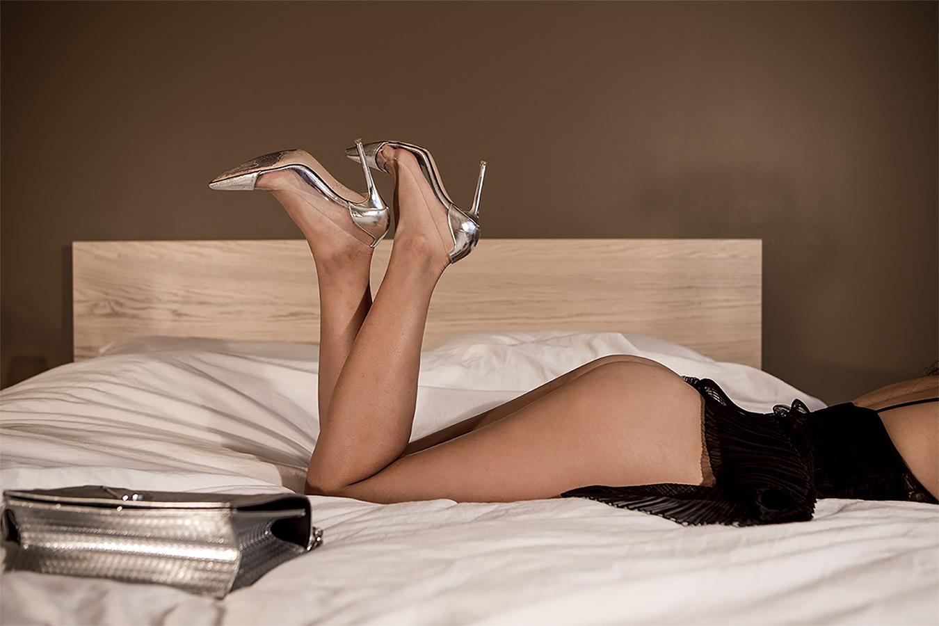 Amber_Shi_erotic_photography_Silver_dior_heels_purse_legs_sexy
