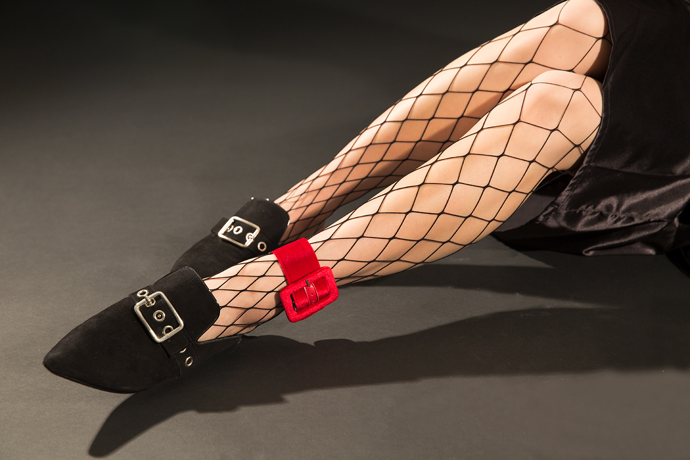 studio_fishnet_stockings_red_anklelet