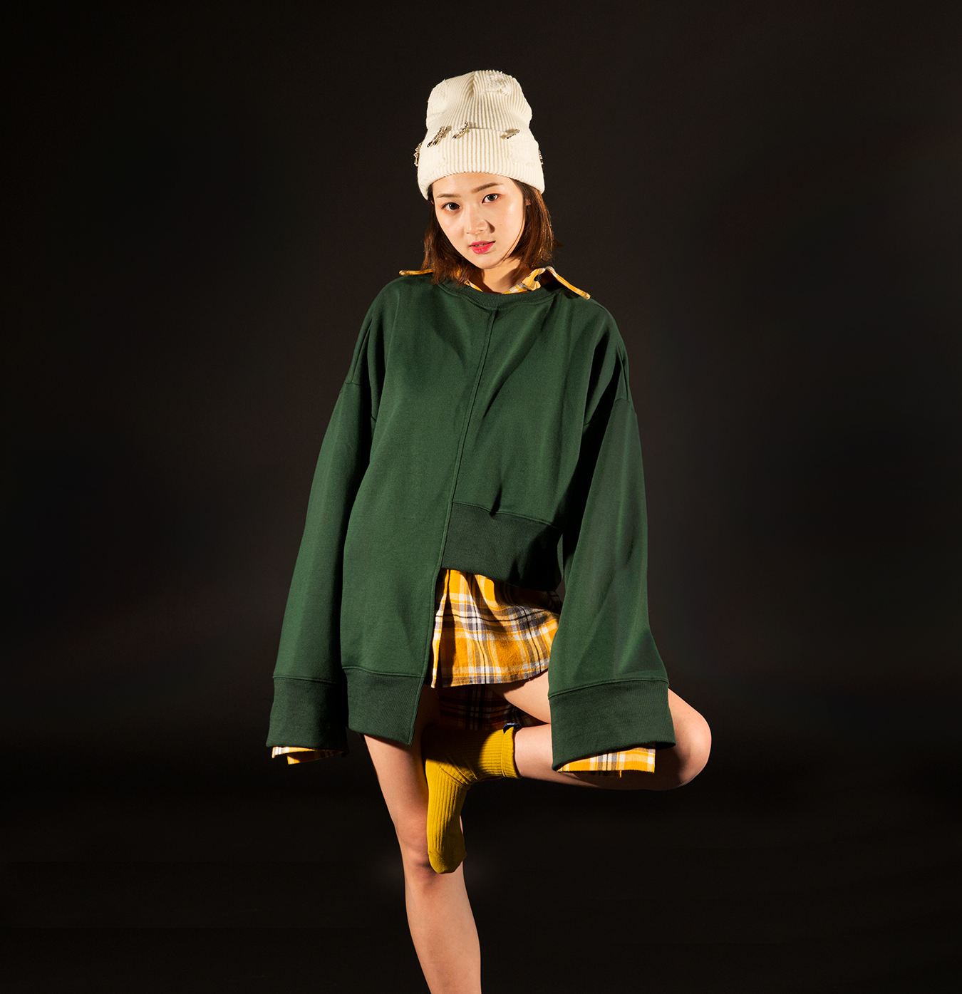 studio_white_hat_green_sweatshirt_yellow_sock