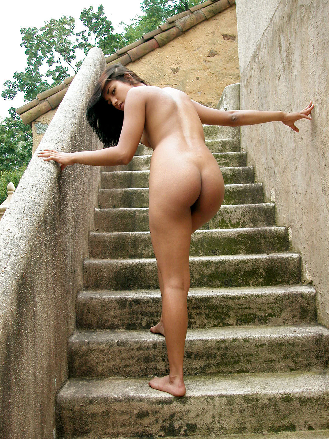 Hannah_nude_rear_stairs_outdoors_August_2003_