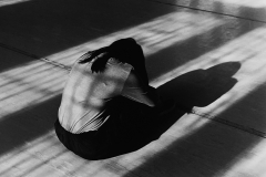 Linda_Ruan_depressed_girl_black_white_chirascuro