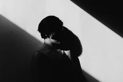 Linda_Ruan_depressed_girl_black_white_chirascuro_silhouette