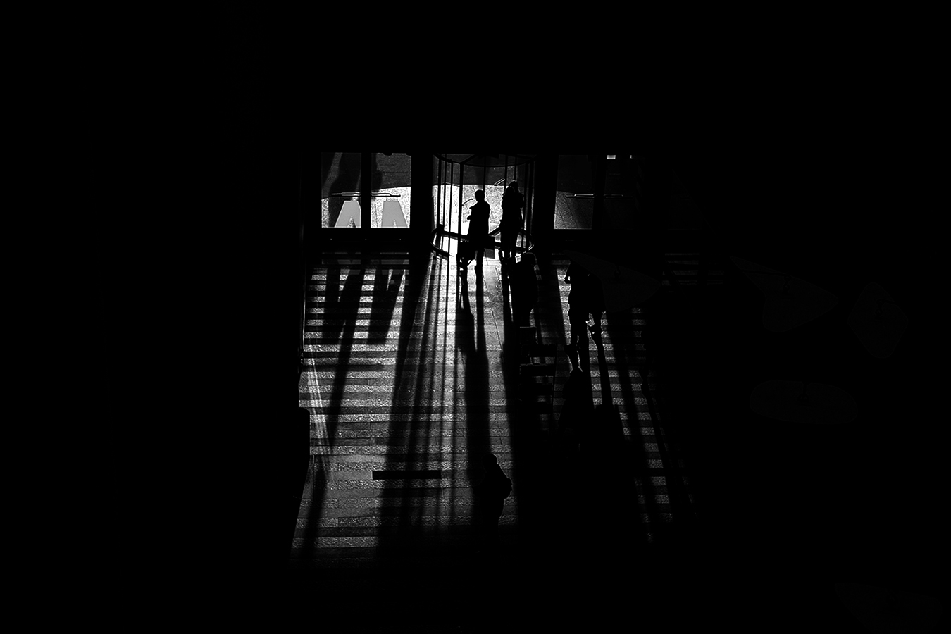 Linda_Ruan_light_and_shadow_people_walking_San_Francisco_black_and_white