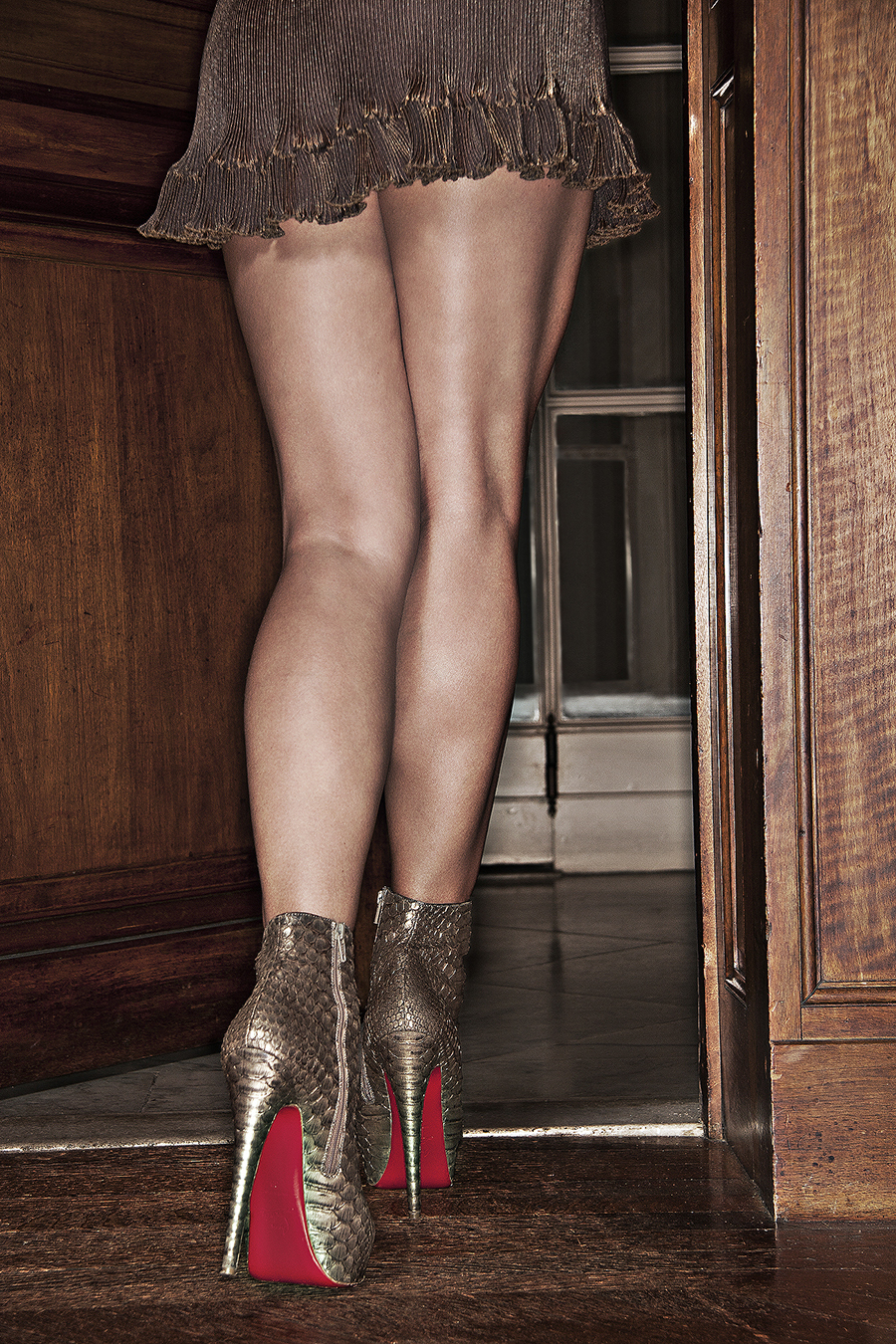 Tony_Ward_fashion_photography_magazine_legs_German_Cosmopolitan_model_Carmelita_martell_Louboutin_heels