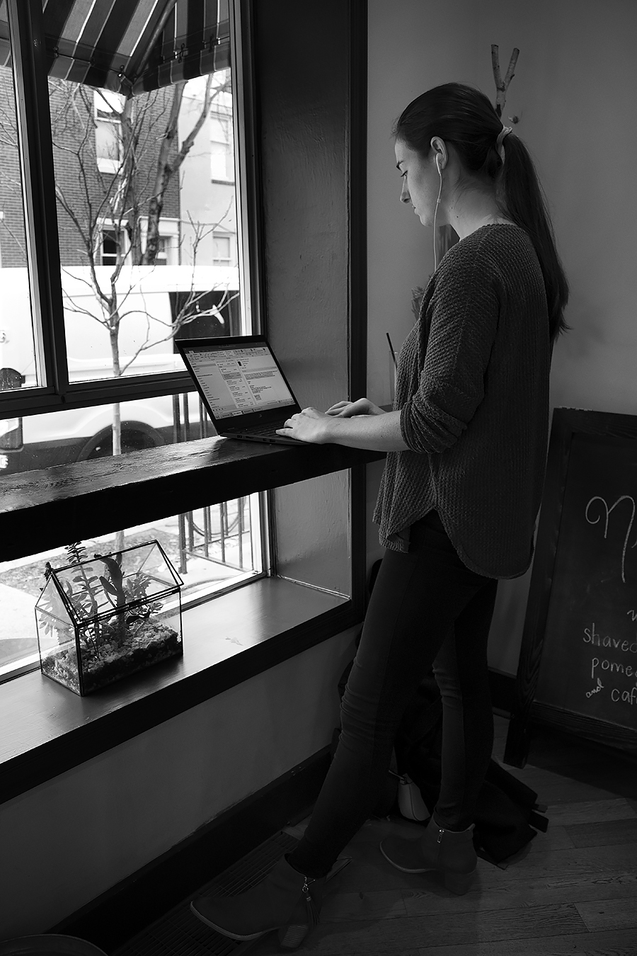 Tyler_Ling_photography_coffeeshop_computers_gazing_absorbed_earphones_music_stranger_student_working_sideshot_unaware_black_white