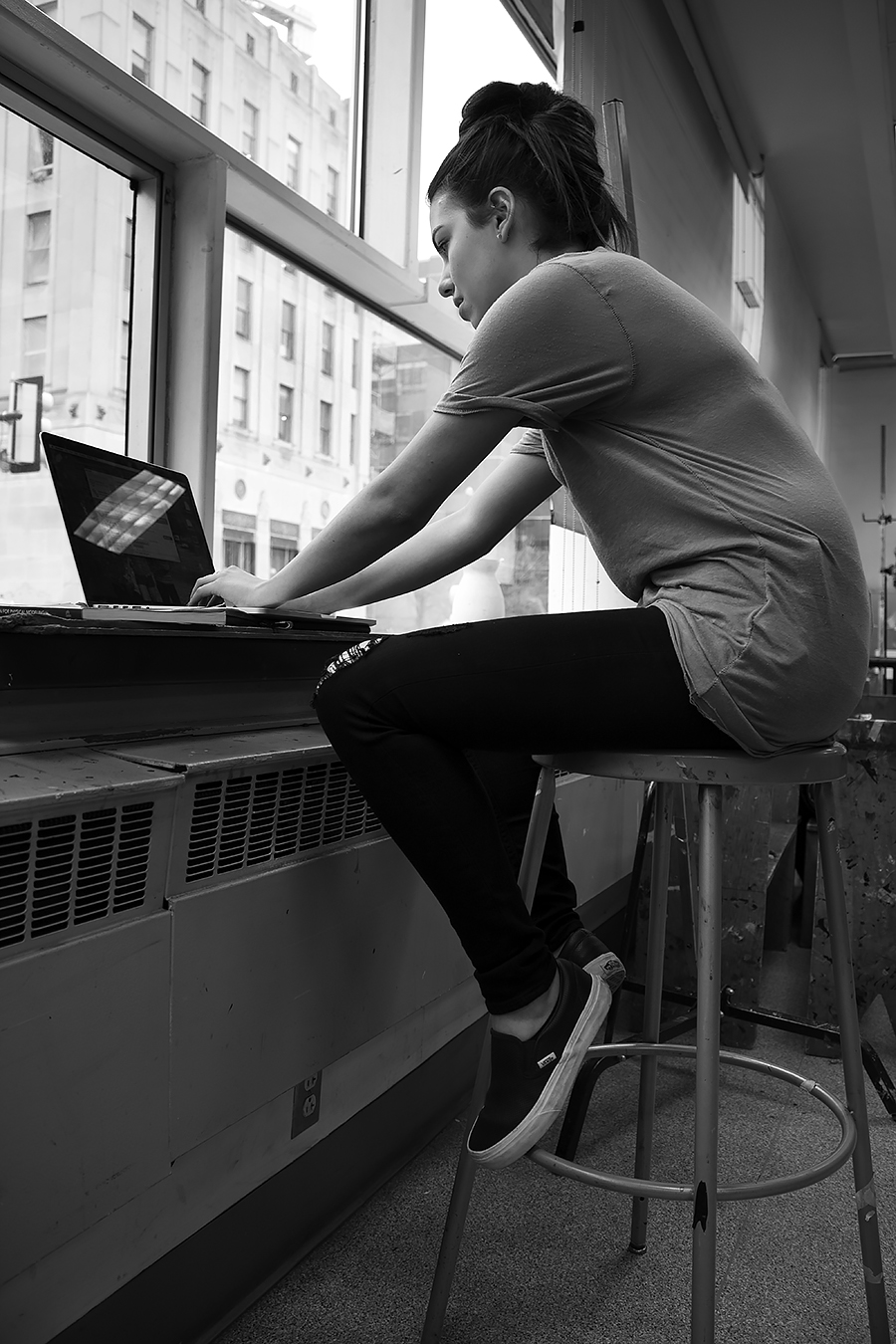 Tyler_Ling_photography_finearts_computers_absorbed_engineering_Lauren_Glenn_indoors_Penn_sideshot_unaware_black_white