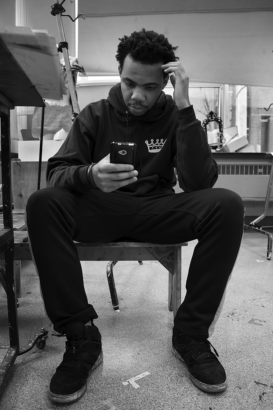 Tyler_Ling_photography_finearts_drawing_cellphone_socialmedia_texting_absorbed_student_Penn_frontshot_unaware_black_white