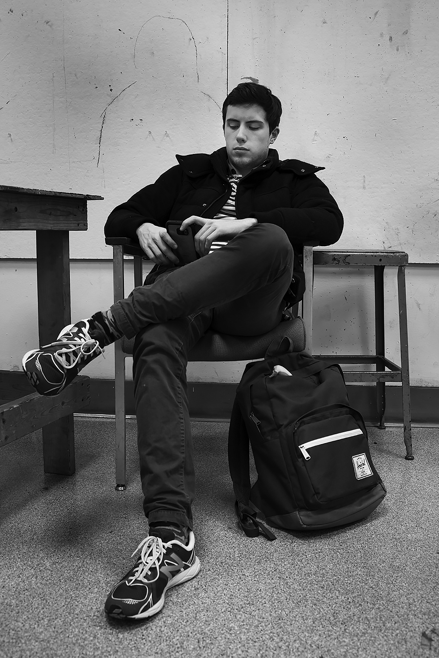 Tyler_Ling_photography_finearts_drawing_cellphones_absorbed_socialmedia_texting_anti-social_engineering_Julien_Henry_Penn_frontshot_unaware_black_white