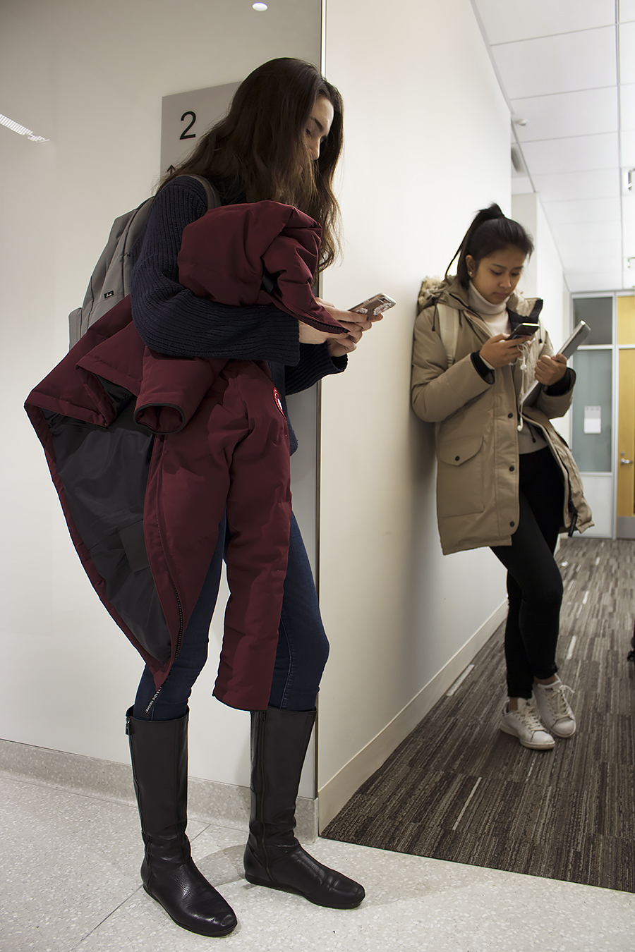 Tyler_Ling_photography_neurosciencebuilding_cellphones_absorbed_socialmedia_texting_anti-social_jackets_strangers_psychology_students_Penn_sideshot_unaware