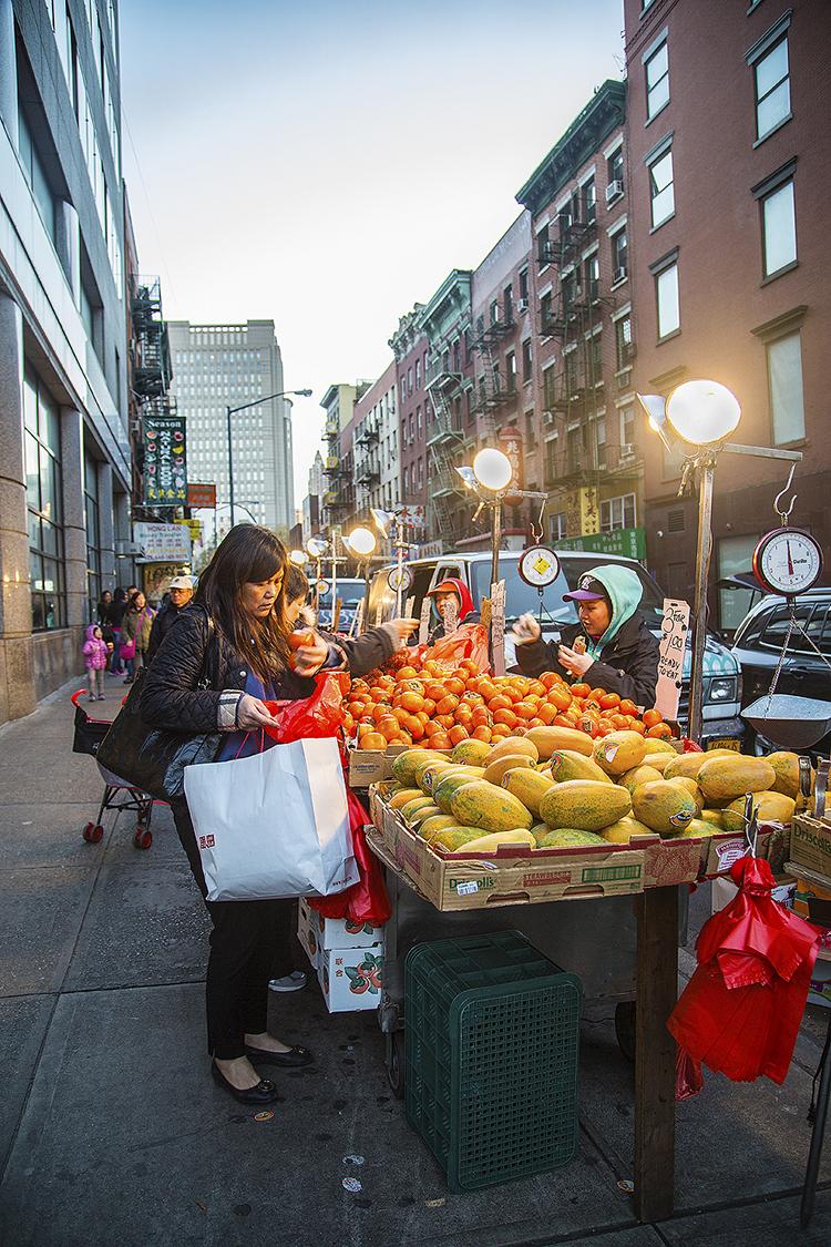 Yiran_Zhang_Wharton_Senior_Friday_Chinatown_NewYork_fruits_vendor_purchase_oranges