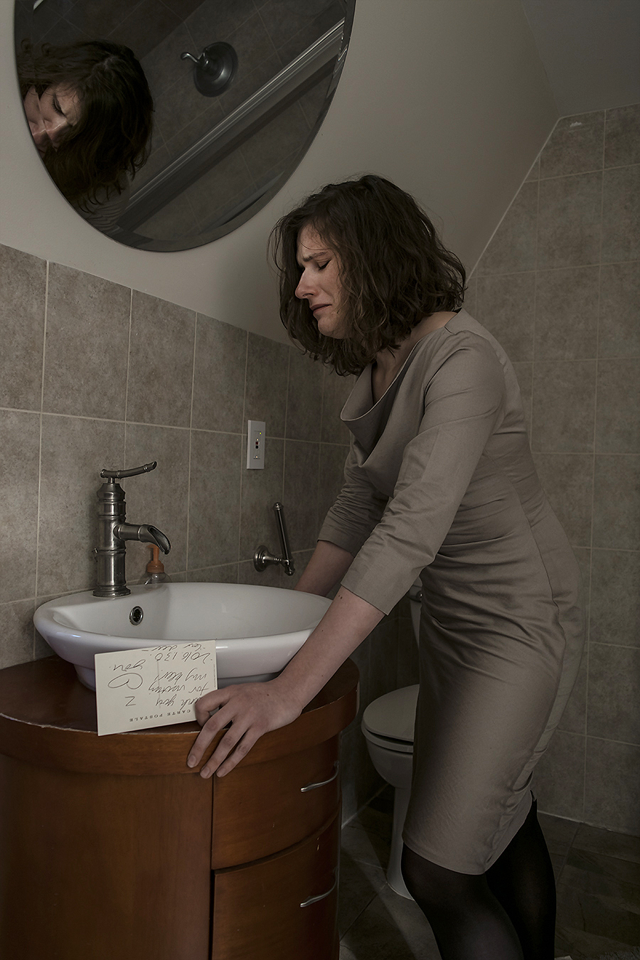 Leniqueca_Welcome_Portraiture_Lise_JeSuis_Deloate_Distant_Love_Crying_fullbody_Bathroom_weeping_sorrow_love_lost