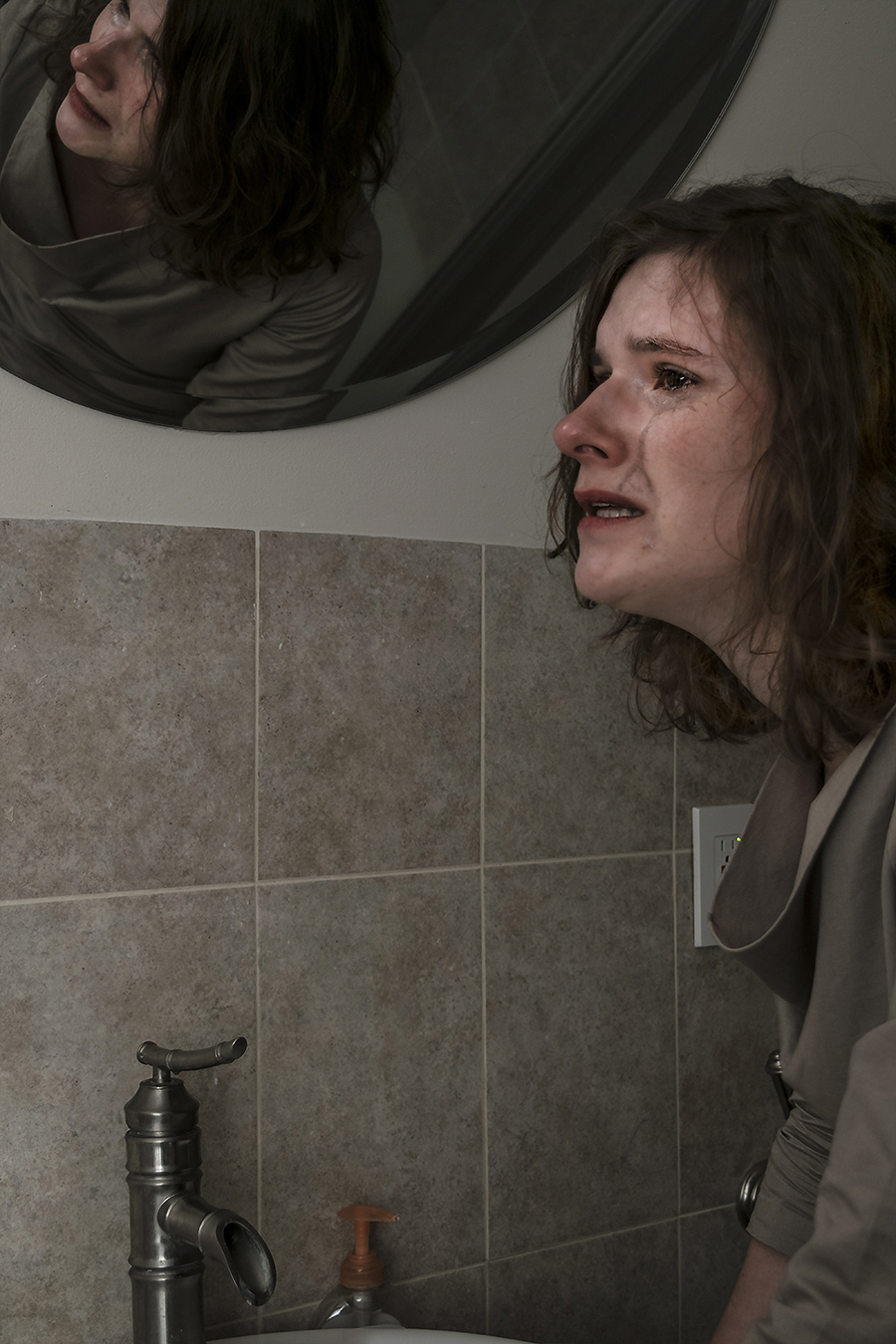 Leniqueca_Welcome_Portraiture_Lise_JeSuis_Desolate_Distant_Love_Crying_Reflection_Mirror_Bathroom_weeping_deep_sorrow_love_lost