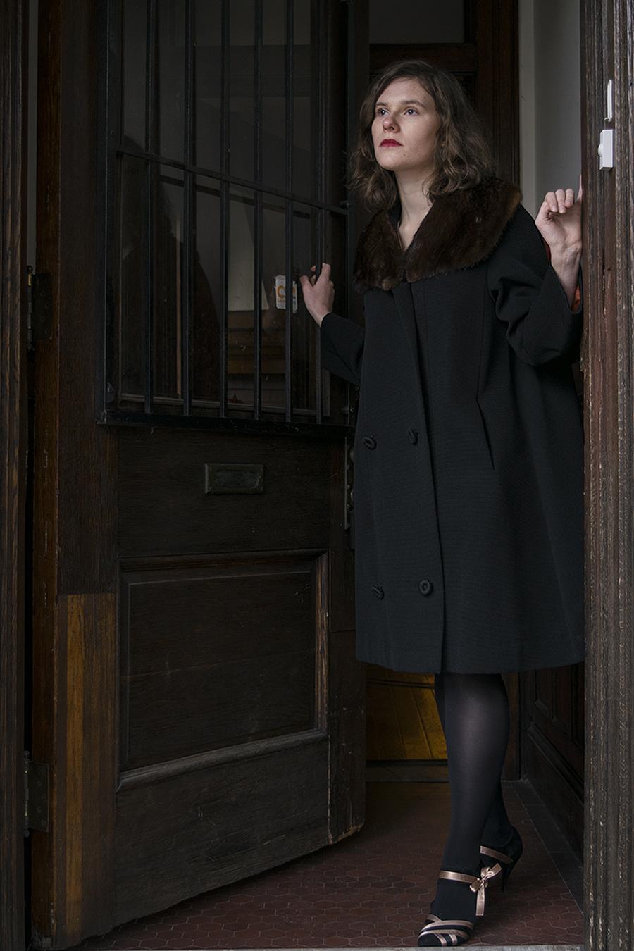Leniqueca_Welcome_Portraiture_Lise_JeSuis_Desolate_Distant_Love_Longing_Fullbody_Doorway_longing