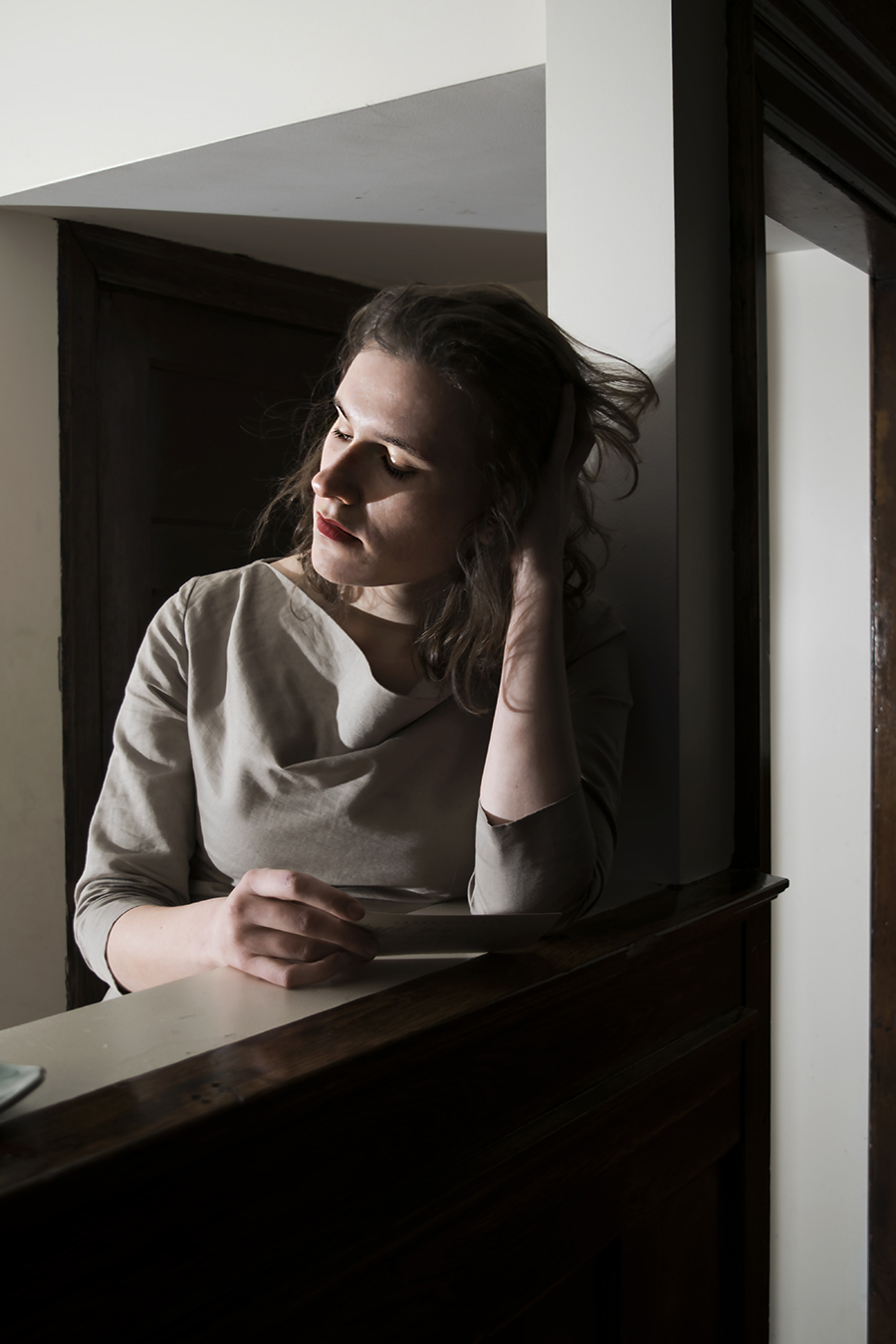 Leniqueca_Welcome_Portraiture_Lise_JeSuis_Desolate_Distant_Love_Thinking_Halfbody_Framed_Hair_Out_of_Face_lonely_woman_missing_boyfriend