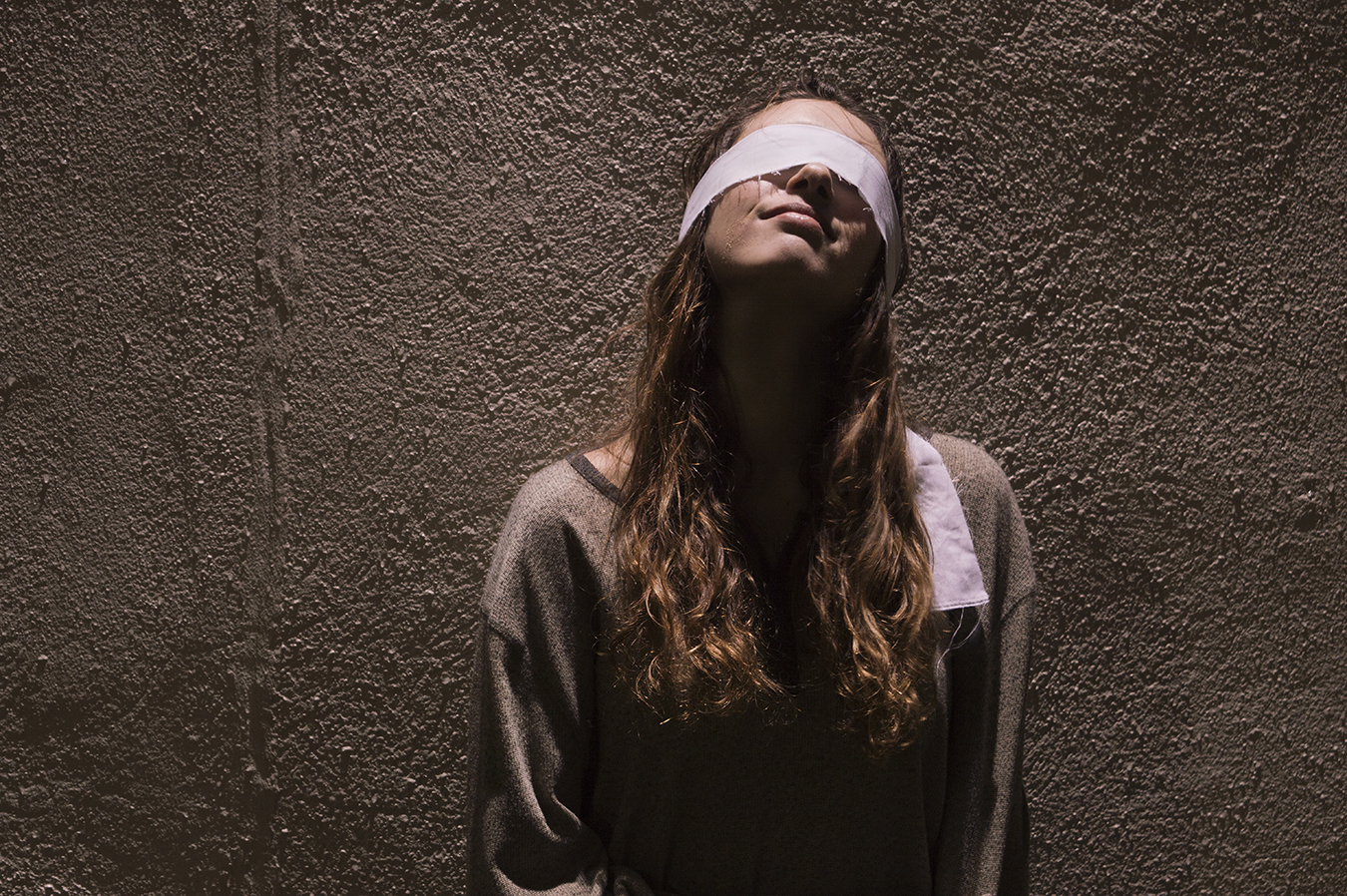 Robin_Sanders_Photography_Wall_Day1_Blindfold_happiness_blindfolded_woman