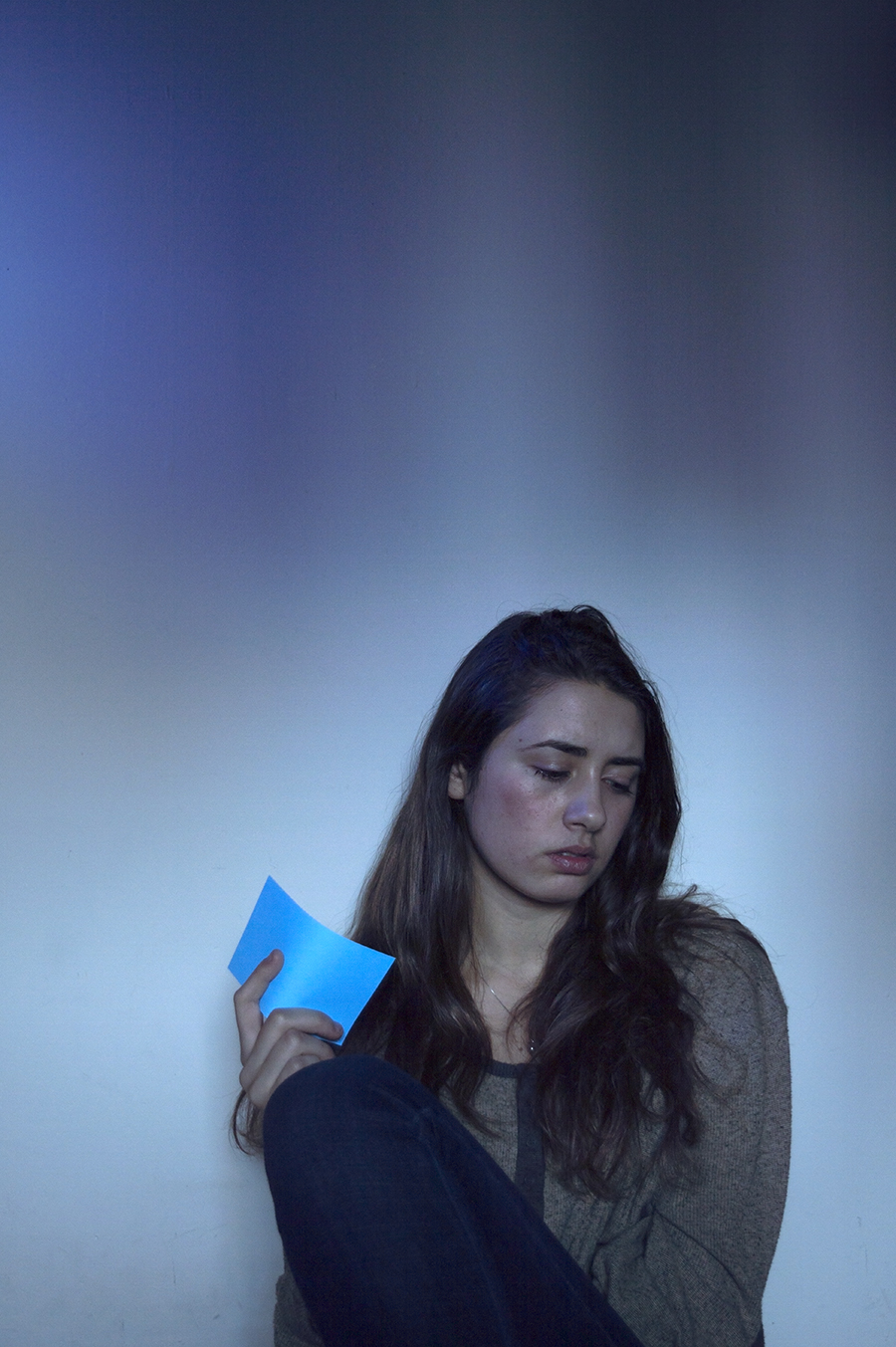 Robin_Sanders_photography_Day2_sitting_holding_card_sad_note_love_lost