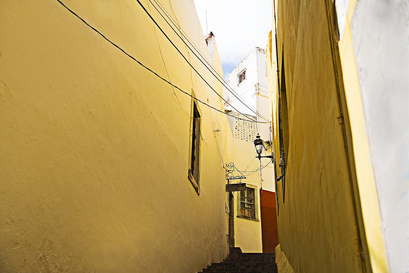 ZoeYunZou_Photography_Guanajuato_Mexico_2016_RichnessOfLif_SimpleJoyOfYellow_Color_Monochrome