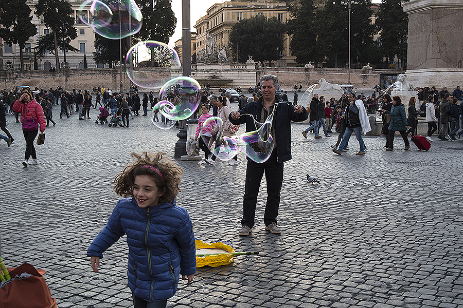 Carolyn_Wong_Photography_Rome_Bubbles_Piazza_del_Popolo_Children_Spring_Weather_Pretty