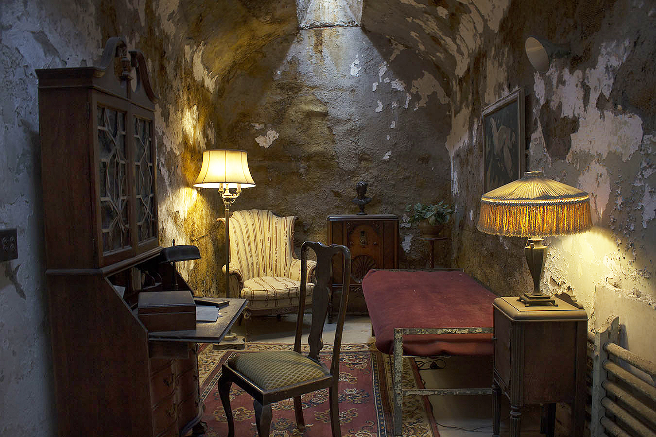 brian_schoenauer_photography_eastern_state_penitentiary_al_capone_cell_recreation_lamp_desk