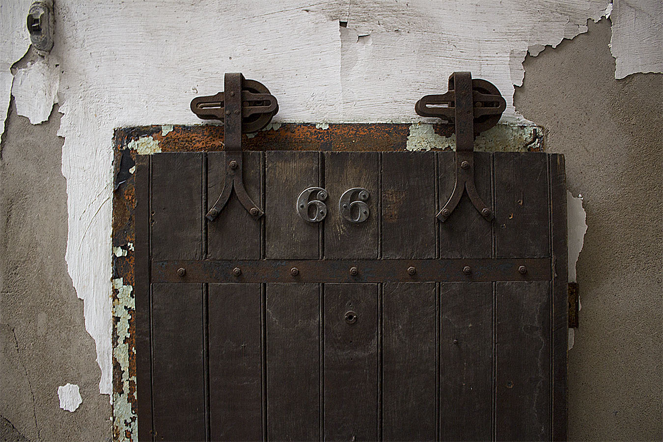 brian_schoenauer_photography_eastern_state_penitentiary_door_cell_chipped_paint_66_rust_door