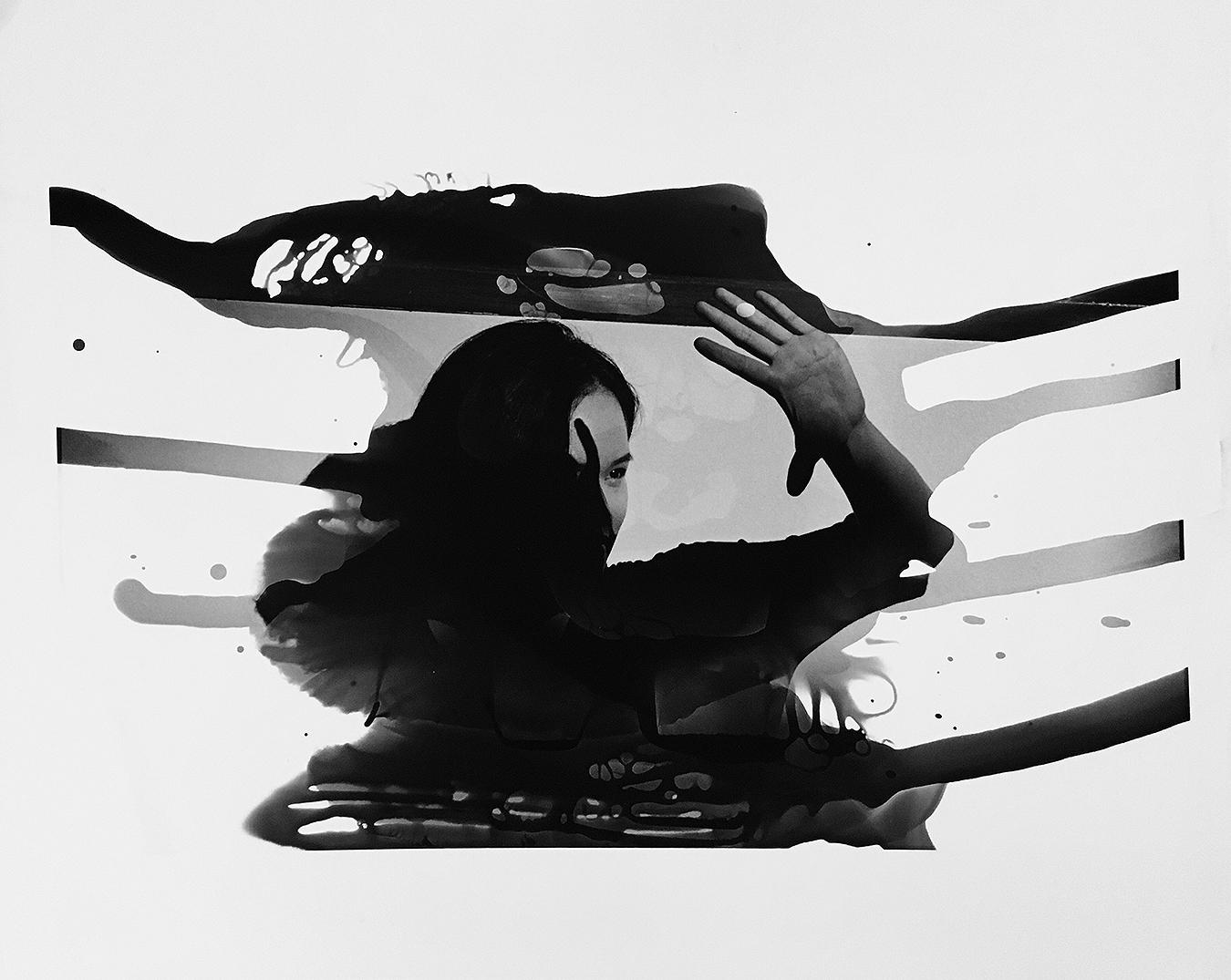 Linda_Ruan_depressed_girl_black_white_chirascuro_fantasy